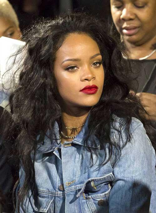 Rihanna cabelo longo encaracolado-12