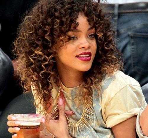 Rihanna cabelo longo encaracolado-14