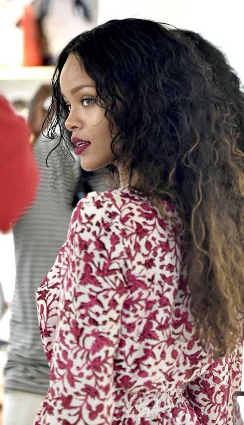 Rihanna cabelo longo encaracolado-17