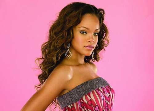 Rihanna cabelo longo encaracolado-9