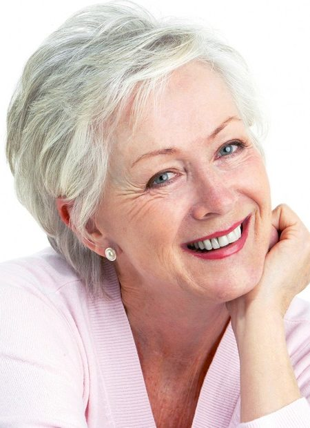 penteado volumoso curto para as mulheres mais velhas