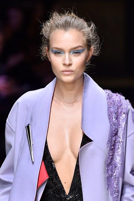 updo confuso do desfile de moda versace