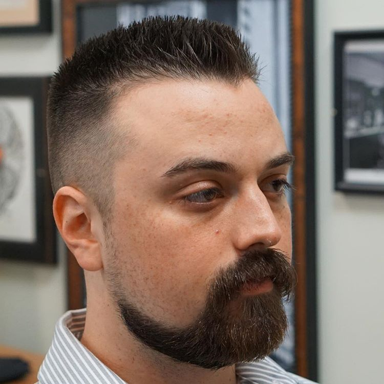 Média de Picos de topo plano de corte de cabelo