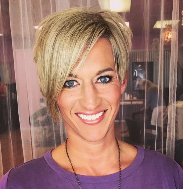 Medium em Camadas Pixie Loira Cortes de cabelo para Mulheres mais Velhas com Franja