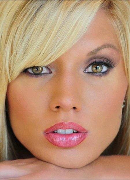 Tendências de Maquiagem e Penteado com Olhos Avelã e Cabelos Loiros