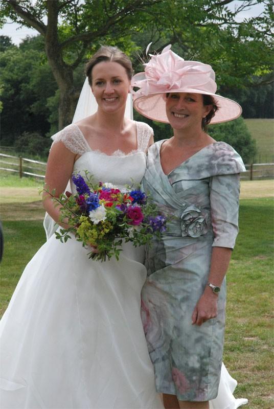 Penteados sedutores da noiva com lindos chapéus