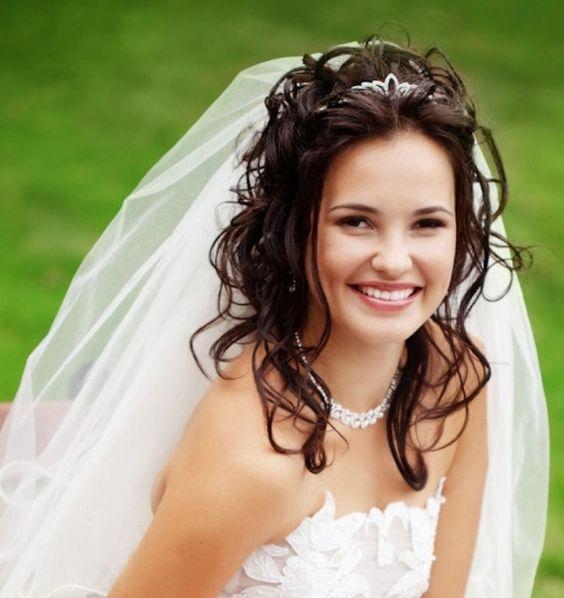 Penteado de casamento incrível com tiara e véu