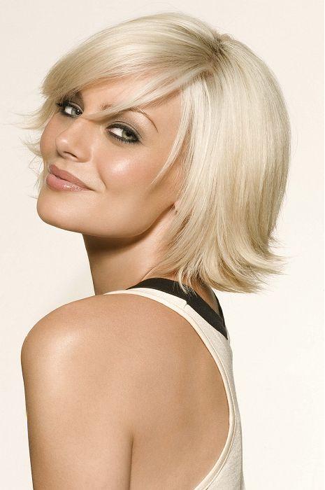 O cabelo curto louro na moda da parte superior dez corta o estilo para meninas
