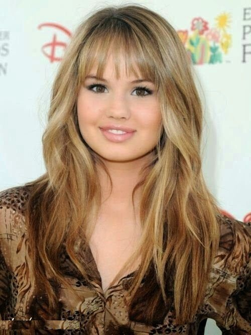 Pontas direitas e na moda dos penteados para meninas redondas da forma