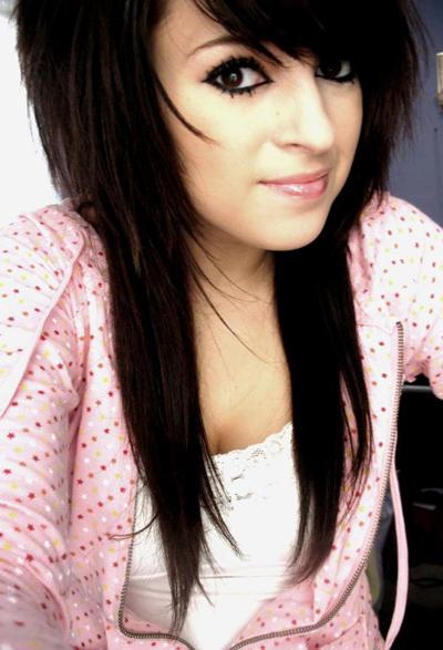 Emo penteados longos com olhos negros