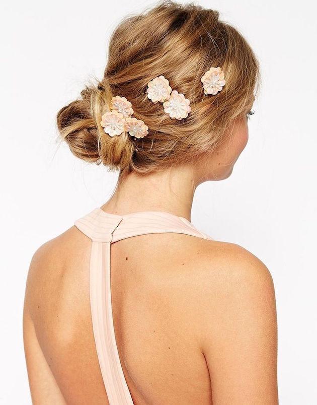 Decorar seu penteado com mini alfinetes florais