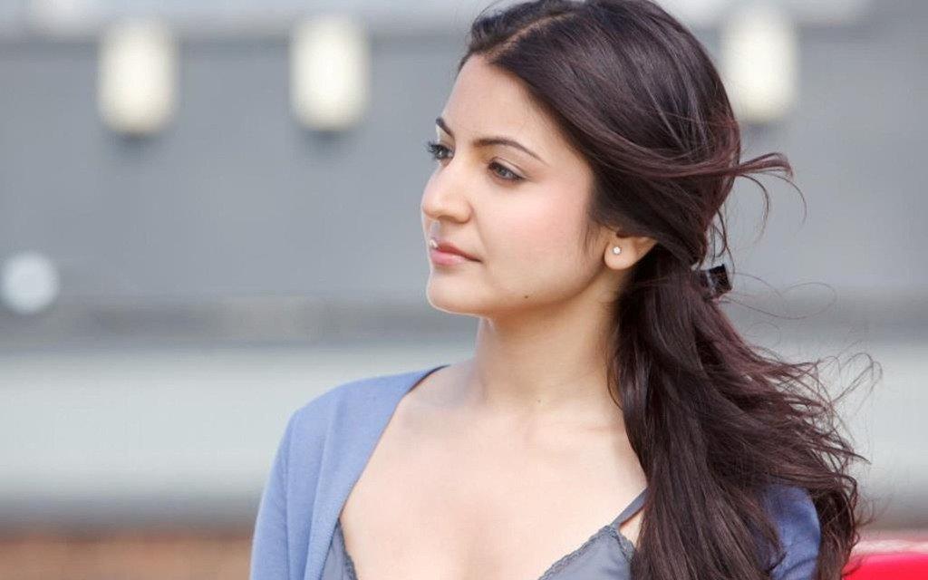 Anushka Sharma em penteados diferentes