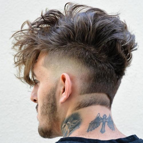 Penteados Mohawk para homens com nuca raspada