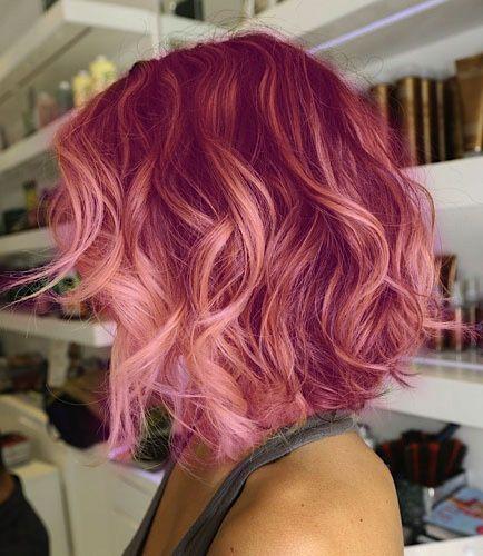 Excelente tendência de cabelos crespos com destaques de corante