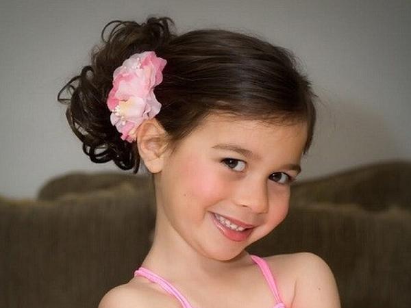 Exclusivamente bonito e fácil penteados idéias para sua filha adorável