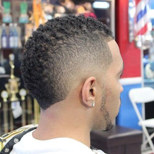 Penteado Mohawk para homens negros