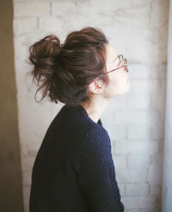 Bolo desarrumado de perfil alto para meninas modernas
