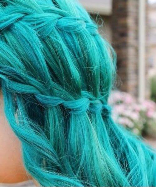 vista lateral da menina com cabelo de sereia