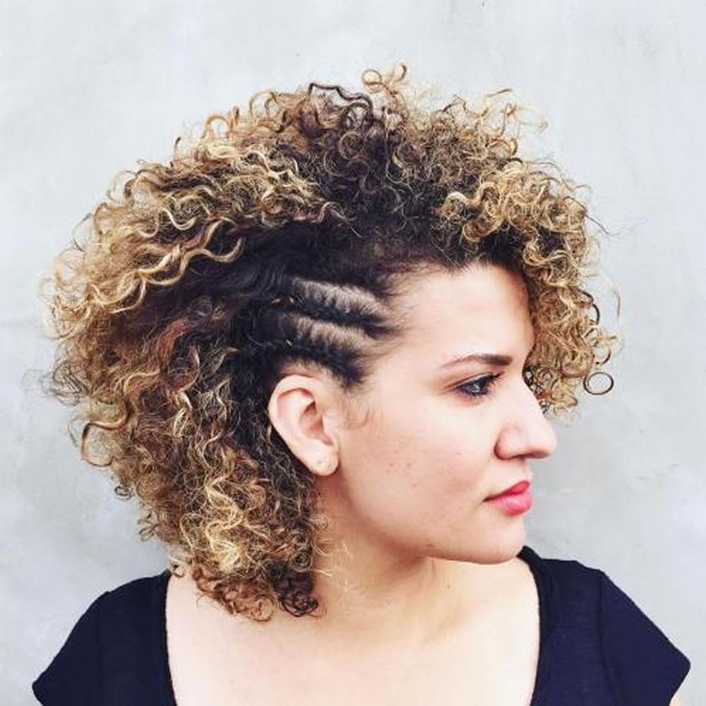 Como estilo seu cabelo encaracolado natural na primavera verão