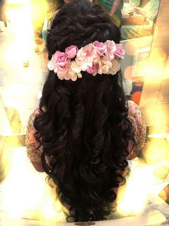 Penteado longo encaracolado formal parece adornada com flores