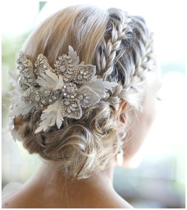 Elegantes estilos de penteados para os casamentos de verão