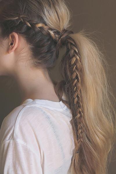 As meninas da criança amarão estes penteados das tranças o mais