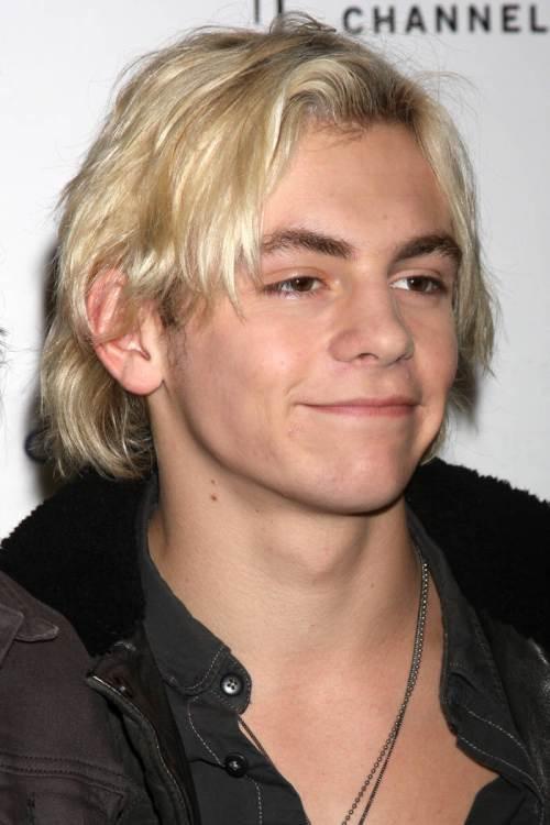 Penteados e cortes de cabelo novos e modernos para meninos adolescentes