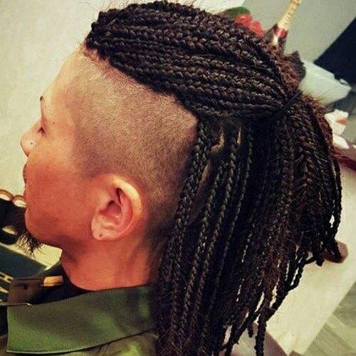 Penteados Mohawk para homens com tranças de caixa