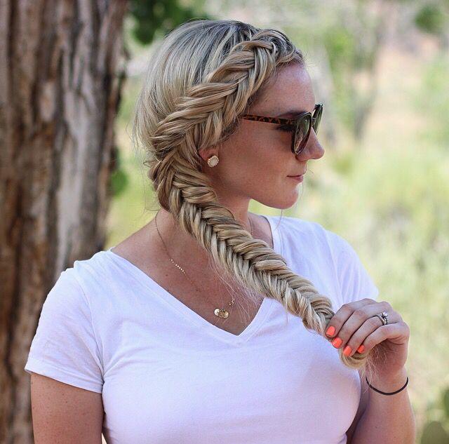 Cabeça que gira idéias do Hairstyling da trança do Fishtail para cabelos longos