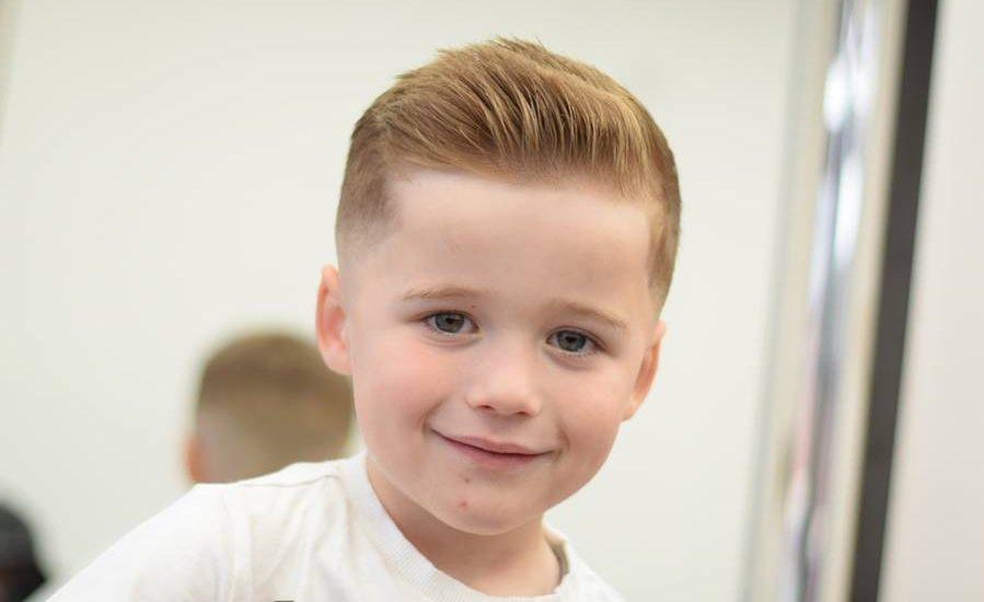 Penteados surpreendentes à moda para meninos da criança