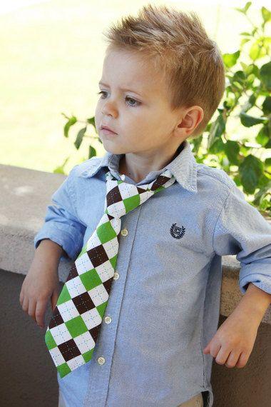 Idéias diferentes do corte do cabelo para seu menino da criança