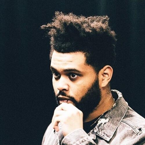 Despenteado o cabelo Weeknd com barba desalinhado
