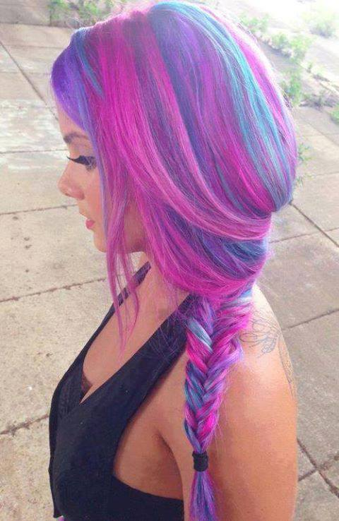Penteado mais recente Fine Emo Girls 'em padrões coloridos