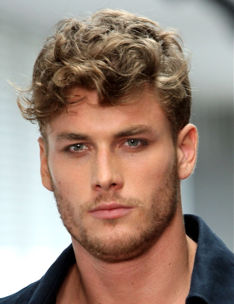Idéias apropriadas de penteado para homens com rosto redondo
