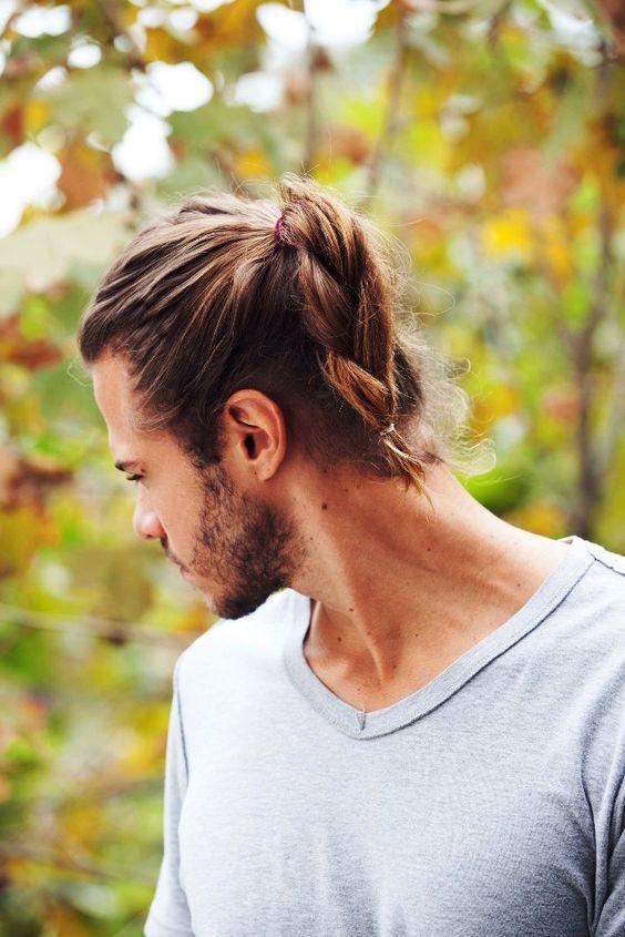 Penteado chique e elegante para homens com cabelos longos e grossos