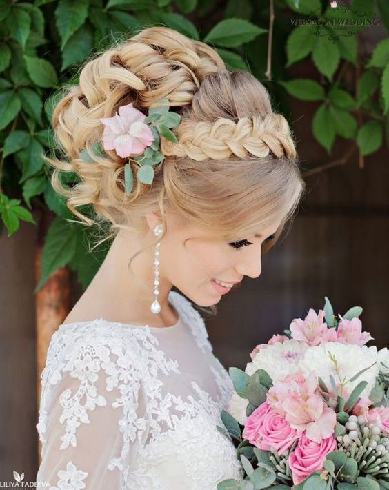 Vestir o seu penteado de casamento com flores frescas
