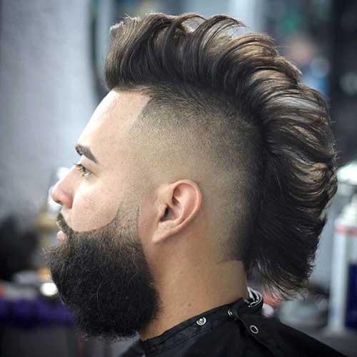 Aparado e em forma de mohawk e barba