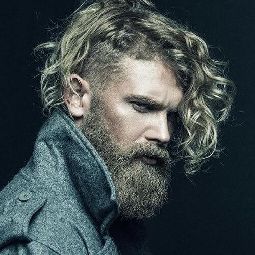 Mohawk bagunçado e barba