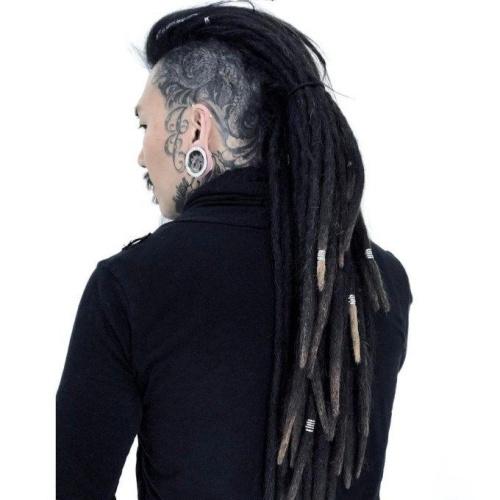 Penteados Mohawk para homens com tatuagens de cabeça